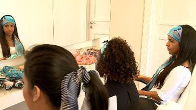 Fora do pescoço, lenços ganham espaço na cabeça das mulheres - Acessório dá um toque final na produção do vestuário. E são várias as possibilidades de amarrações. Cada dobra traz um detalhe diferenciado aos lenços, que podem vir em várias estampas, formas e tamanhos.