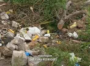 Em Caruaru, buraco e lixo acumulado causam problemas para moradores - Moradores do Bairro Indianópolis reclamam do grande buraco que atravessa toda a rua. Lixo jogado prejudica ainda mais situação da via.