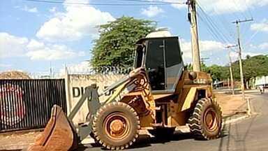 Dois homens foram presos suspeitos de extração ilegal de cascalho - A mineradora clandestina funcionava em uma fazenda de dez hectares. Máquinas e caminhões foram apreendidos. O crime aconteceu em Uberaba, no Triângulo Mineiro.