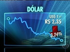 Medida do Banco Central faz câmbio do dólar baixar - A venda diária de dólares no mercado futuro até dezembro já surtiu efeito nesta sexta-feira (23). O dólar fechou o pregão valendo R$ 2,35. Foi a maior queda diária em quase dois anos.