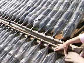 Catarinense cria dois jeitos de aquecer água sem usar energia elétrica - Um aproveita o calor do fogão à lenha e deixa a água quentinha; o segundo é feito com garrafas PET.