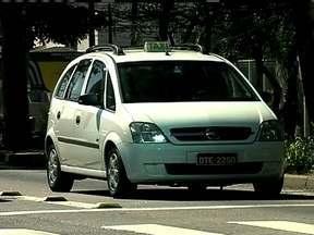 Passageiros reclamam da falta de táxis na capital paulista - Segundo os motoristas, não faltam táxis em São Paulo. Eles afirmam que o problema é do trânsito. São Paulo conta com um táxi para 317 habitantes.
