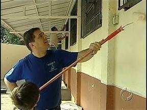 Exemplo de amor pela escola dos filhos - Trabalho voluntário de pais tem melhorado bastante a estrutura de um colégio do centro de Londrina.