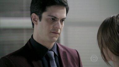 Félix conta para Paloma que César o expulsou do Hospital - Ele pede a ajuda da irmã, que fica chocada com a notícia