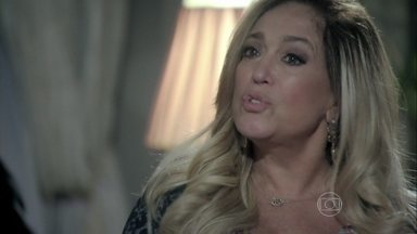 Pilar exige que Félix volte para o hospital e discute com César - Ela acusa o marido de demitir o filho por ser preconceituoso. Félix pensa no que Pilar disse durante a discussão