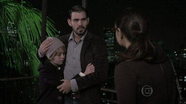 Alejandra dopa Paulinha - A sequestradora explica seu plano para Ninho e conversa com os sósias que arrumou para ela, Ninho e Paulinha