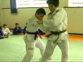 Judô ganhou força em escola de Uruguaiana, RS, e os alunos se destacam em campeonatos - Esporte ganha cada vez mais adeptos.