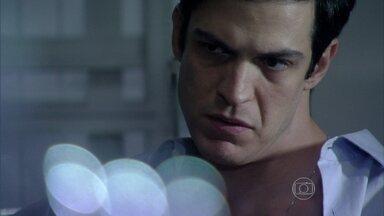 Félix pensa em como usar a informação que Jacques lhe deu - O vilão se lembra de uma discussão entre César e Pilar