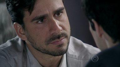 Jacques leva um fora de Félix - O médico afirma que César é o pior inimigo de Félix e promete conseguir provas de que Aline é amante do dono do San Magno