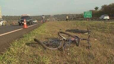 Ciclista morre atropelada por veículo em rodovia de Ribeirão - Vítima estava atravessando Rodovia Antônio Duarte Nogueira quando foi atropelado.