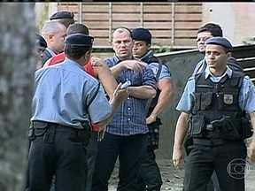 Reconstituição do desaparecimento de Amarildo dura 17 horas no Rio - Policiais civis e promotores do Ministério Público querem saber o que aconteceu no dia 14 de julho, quando o ajudante de pedreiro Amarildo de Souza foi visto pela última vez, depois de ser abordado por PMs, na Favela da Rocinha.