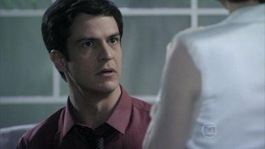 Félix pede o apoio de Edith e manda a estilista dispensar o amante - O vilão explica para a esposa como pretende convencer a todos de que Paloma precisa de tratamento psiquiátrico. Edith se insinua para Félix e ele afirma que vai conquistar a estilista