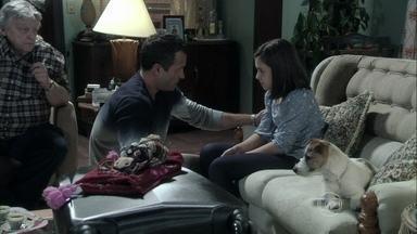 Bruno promete manter Paulinha informada sobre a situação de Paloma - O corretor consola Carlito, que sofre por causa de Valdirene