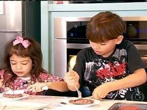 'Meu filho não come' chega ao fim após três meses - Manu e João preparam uma refeição completa, sem saberem que os pais estão observando. As crianças participam de todo o processo e aceitam experimentar alguns alimentos.