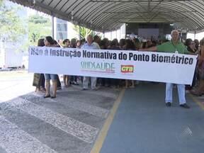 Servidores da saúde fazem manifestação na manhã desta quarta-feira (04) - Eles são contra a implantação do ponto biométrico nas unidades de saúde.