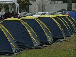 Agentes penitenciários estão acampados no Centro Cívico - Os agentes penitenciários estão acampados desde ontem, cerca de cinquenta agentes estão dormindo em barracas em frente ao palácio Iguaçu. Eles pedem aumento de salário, melhores condições de trabalho e contratação de mais agentes.