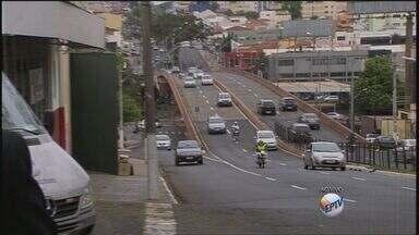 Viaduto é alvo de reclamações em Ribeirão, SP - Excesso de velocidade, pista escorregadia e imprudência trazem riscos para motoristas.