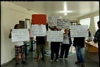 """Manifestantes ocupam câmara de Rio das Ostras, no RJ - Grupo está recrutando novos """"adeptos"""" nas redes sociais.Manifestantes reivindicam espaço para o povo durante as sessões."""