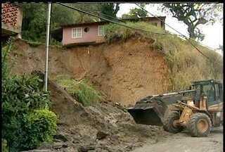 Deslizamento de pedra bloqueia rua no Morro da Glória em Petrópolis, RJ - Acidente aconteceu na manhã desta quarta-feira (4) no bairro Corrêas.Ainda não há informações sobre vítimas.