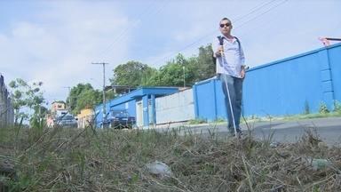 Deficiente visual relata transtornos devido à falta de acessibilidade nas ruas de Manaus - Rafael Crispim mostrou à reportagem as ruas que ele necessita percorrer diariamente
