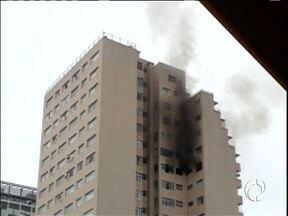 Incêndio destruiu apartamento em Curitiba - Foi na Rua Carlos de Carvalho. Dois moradores foram levados para o hospital