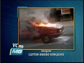 VC no MGTV: Veículo pega fogo em Coronel Fabriciano - Telespectador enviou imagens do veículo em chamas.