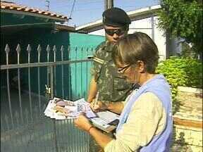 Exército entra na luta contra a dengue em Foz do Iguaçu - Os soldados estão passando de casa em casa orientando os moradores para evitar os criadouros do mosquito da dengue.