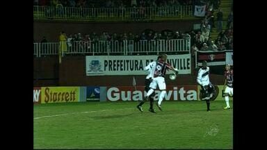 Ceará arranca empate contra o Joinville no fim - Marcelo Costa, após domínio irregular de Lima, faz para Joinville. Ceará empata nos minutos finais. Catarinenses seguem perto do G-4