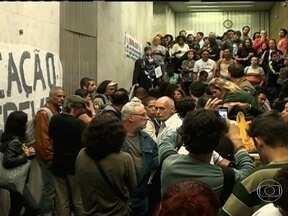 Justiça determina suspensão da greve dos professores - Mesmo com suspensão da greve dos professores, em assembleia os grevistas decidiram manter a paralisação e ocuparam a antiga sede da Secretaria de Educação.