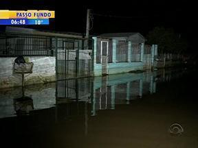 Moradores atingidios pela chuva em Alvorada, RS, têm medo de ter as residências roubadas - Alguns moradores fazem vigília pelas ruas durante a madrugada.