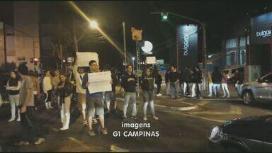 Moradores de Barão Geraldo realizam passeata contra a violência no distrito de Campinas - Os moradores de Barão Geraldo realizaram uma passeata contra a violência no distrito de Campinas (SP). Cerca de 150 estudantes se reuniram em frente ao 7º Distrito Policial.