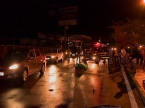 Homem perde controle da moto e morre ao bater em árvore em Teresina - Segundo a polícia, nenhum outro veículo teria se envolvido no acidente.Vítima saiu da pista e atingiu árvore na BR-316, no Bairro Lourival Parente.