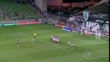 Atlético-MG e Fluminense ficam no empate e seguem próximos do Z-4 - Ronaldinho Gaúcho marcou dois gols de falta na partida. Jogo terminou 2x2.