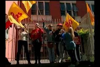 Professores da rede estadual protestaram em Bagé - Cerca de quarenta professores participaram do ato simbólico. Como forma de chamar atenção às reivindicações da categoria, um grupo foi acorrentado na entrada do prédio.