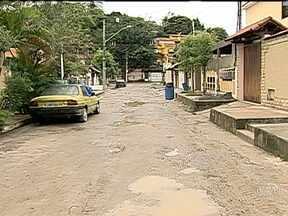 Moradores continuam reclamando de problemas em rua de São Gonçalo - O RJ Móvel voltou até o bairro Colubandê para cobrar as melhorias que já haviam começado na última visita. Os moradores reclamam das condições da via e do atraso nas intervenções, que ficaram paralisadas.