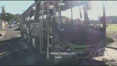 Ônibus de Piracicaba, SP são incendiados como protesto a morte de homem baleado - Dois ônibus do transporte público de Piracicaba (SP) foram incendiados na noite de quarta-feira (4). Moradores protestaram contra a morte de um homem baleado pela polícia. Por segurança, a empresa tirou os veículos de circulação no Centro da cidade.