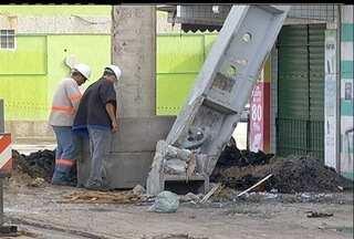 Um caminhão atingiu um poste em Cabo Frio, RJ - Trecho da Av. América Central ficou isolado. A fachada de um predio foi danificada.