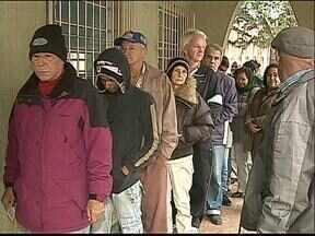 Idosos sofrem para conseguir consulta médica - Pessoas com mais de sessenta anos precisam madrugar na fila dos postinhos