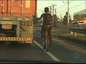 """Ciclista é flagrado pegando carona em caminhão - É uma imagem do quadro """"sem noção"""" do Paraná TV."""