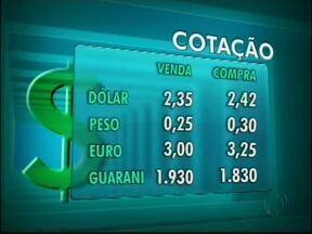 Confira a cotação das moedas nas casas de câmbio de Foz - O dólar vale R$ 2,35 na venda e R$ 2,42 na compra.