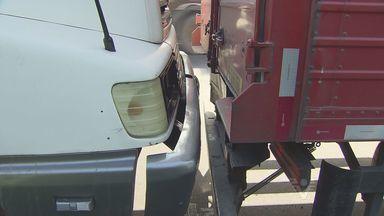 Engavetamento envolvendo cinco veículos deixam pista interditada, em Santos - O acidente foi na pista de descida da Rodovia Anchieta, em Santos. Os veículos, envolvendo ônibus e caminhões foram retirados a guincho.