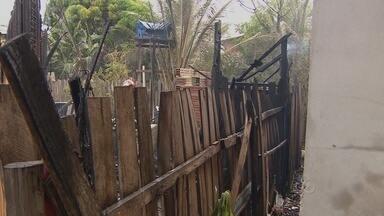 Incêndio destuiu uma casa na zona noirte de Macapá, no bairro São José - UM INCÊNDIO DESTRUIU UMA CASA NA ZONA NORTE DE MACAPÁ, NO BAIRRO SÃO JOSÉ. HÁ SUSPEITA DE QUE O INCÊNDIO FOI PROVOCADO POR UM VAZAMENTO DE GÁS.