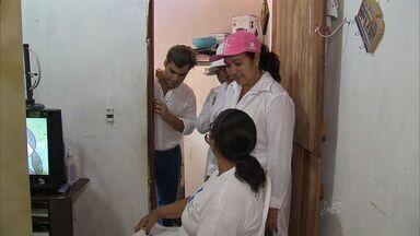 Médicos cubanos realizam as primeiras atividades em Fortaleza - Eles visitam casas para ter contato com moradores.