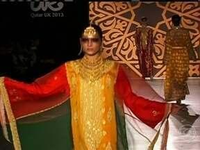 Desfile de moda árabe mostra beleza e luxo das roupas em Londres - O evento faz parte de um intercâmbio cultural entre o Catar e a Grã-Bretanha. Em dezembro, seis jovens estilistas britânicos vão fazer o caminho inverso, expondo seus criações.