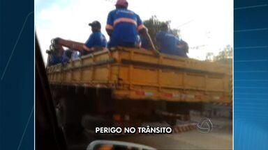 Telespectador flagra 10 homens na carroceria de caminhão - Pelo menos 10 homens foram flagrados na carroceria de um caminhão em Cuiabá.