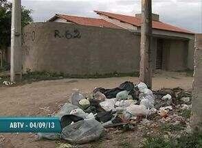 Falta de coleta de lixo ainda é problema para moradores em Caruaru - Em nota a companhia de limpeza disse que resolveria o problema nesta quinta-feira (5). Mas, de acordo com os moradores não houve solução.
