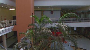 Jornal da EPTV mostra shopping de Paulínia lacrado pela Prefeitura - Um shopping de Paulínia foi lacrado pela Prefeitura. Além de não ter alvará, faltam vários equipamentos de segurança no prédio. A empresa responsável já vinham sendo notificados há pelo menos três anos.