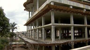 Moradores do Barreiro, em BH, reclamam de atraso em obra de hospital - Desde maio, obra está, mais uma vez, parada.