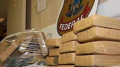 Dois são detidos suspeitos de tráfico no Aeroporto de Uberlândia - Eles estavam com 30 quilos de maconha prensada.