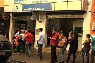 Loto Fácil está com prêmio acumulado em R$ 70 milhões - Apostadores de Goiânia fizeram filas nas loterias para realizar suas apostas. Caso ninguém acerte as 15 dezenas, o prêmio será dividido entre os que fizerem 14 pontos.